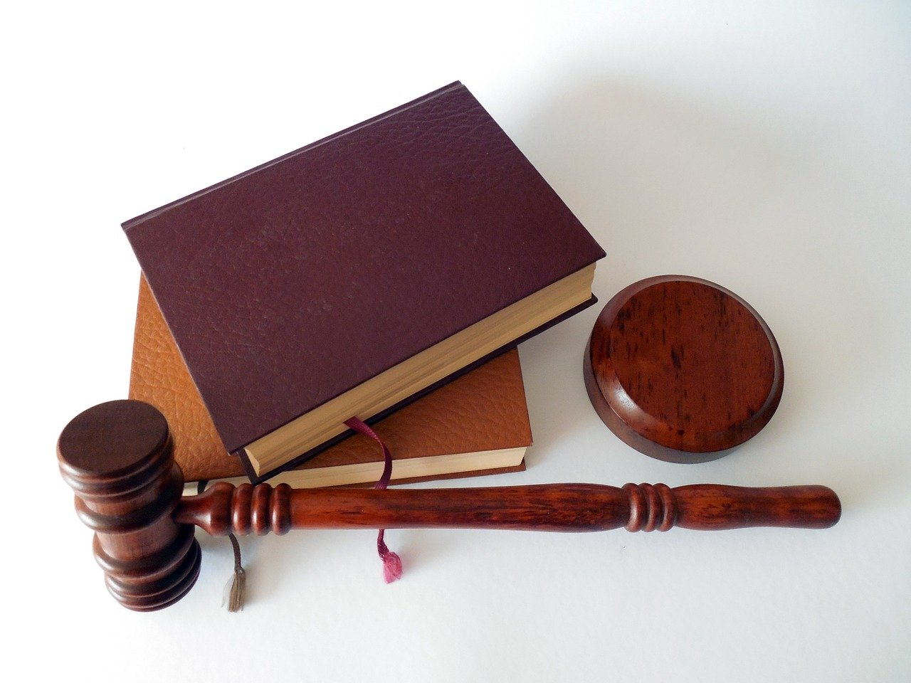 Martillo, Libros, Ley